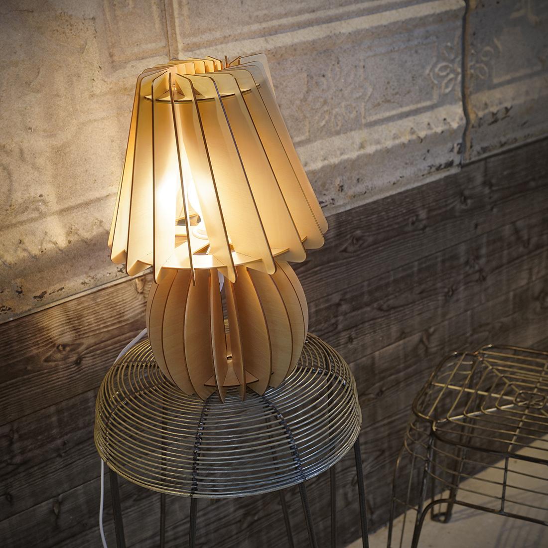 lampe de table bois helice rouge. Black Bedroom Furniture Sets. Home Design Ideas